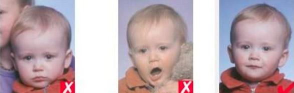 1 — посторонний человек в кадре, 2 — рот открыт, игрушка близко к лицу, 3 — правильно.