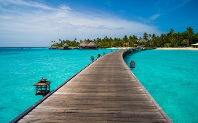 Прямого перелёта на красочные острова Мальдив из Узбекистана нет. Можно долететь через Сингапур, Куала-Лумпур, Москву или Дубаи.