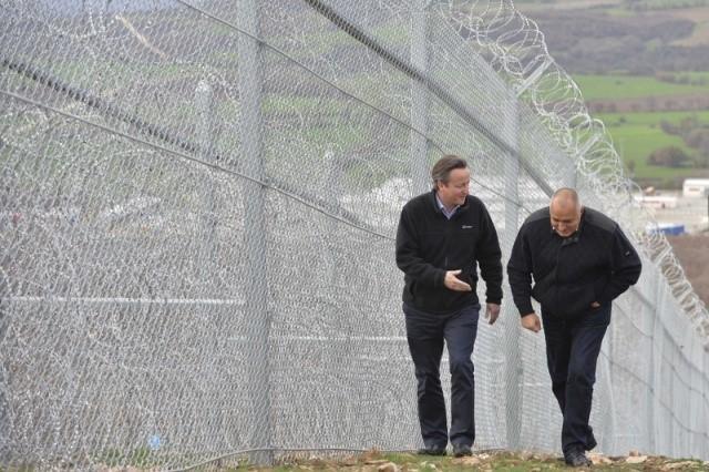 Дэвид Кэмерон (слева) вместе с болгарским премьер-министр Бойко Борисовым во время своего визита 4 декабря 2015 года осматривает защитное ограждение в районе болгаро-турецкой границы.