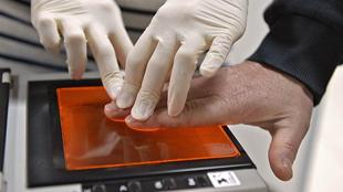 Процедура снятия тпечатков пальцев
