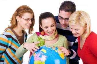 Студенты возле глобуса
