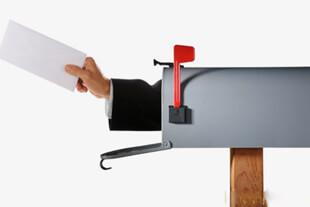 Почтовый ящик и конверт в руке