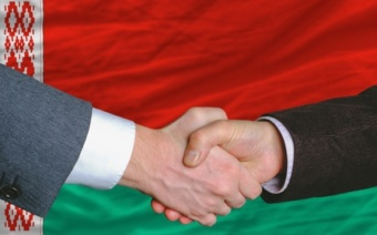Флаг Белоруссии и рукопожатие